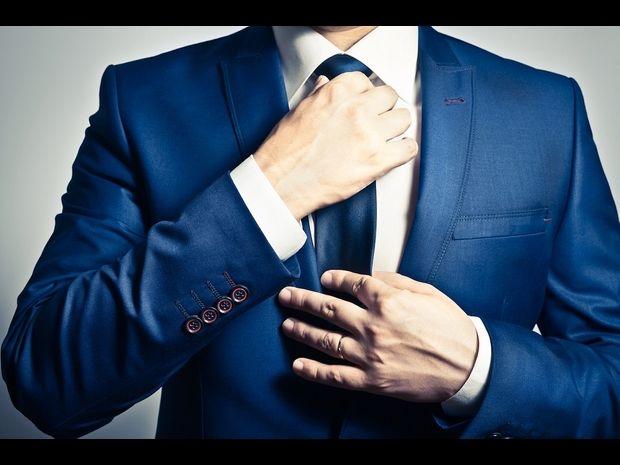 احرص على أن تكون عقدة ربطة العنق موضوعة بين ياقتي القميص تمامًا