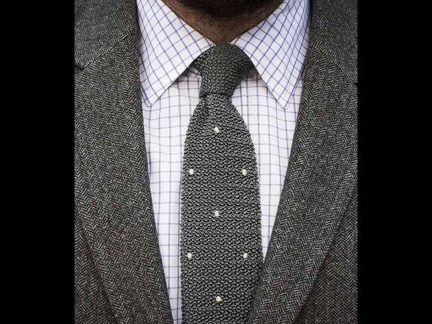 لا ترتدي ربطة عنق مزركشة إذا كان قميصك مخططًا أو به مربعات