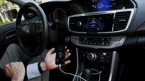 تقنية جديدة تسمح لك بشحن هاتفك لاسلكياً في أي مكان بداخل السيارة