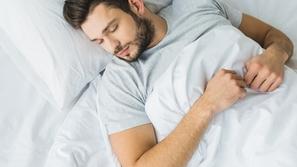 عدد ساعات النوم التي يحتاجها الإنسان يومياً ليعمل جسمه بكفاءة