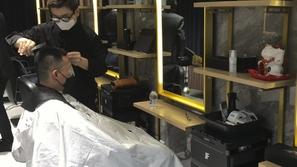 الحلاقة عن بعد: طريقة حلاقة مبتكرة في الصين للوقاية من كورونا
