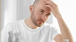 تخجل من الصلع؟ إليك 6 طرق تجعله مصدر إطلالتك الجذابة!
