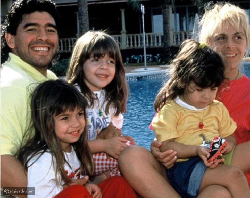 مارادونا وزوجته السابقة وأطفالهما
