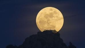شركة أمريكية تطلق أولى الرحلات السياحية إلى القمر.. إليكم التفاصيل