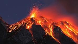 سائح يسقط بداخل فوهة بركان مستعر.. وهذا هو مصيره
