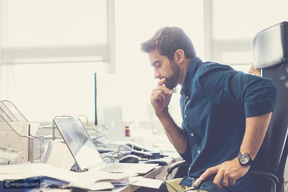 7 علامات واضحة على إفراط التفكير في عملك