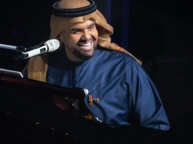 فاجأ المطرب الإماراتي حسين الجسمي جماهير حفل بإيقاف غنائة