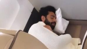 فيديو: لاعب ليفربول ينشر موقف طريفًا لمحمد صلاح في طائرة خاصة
