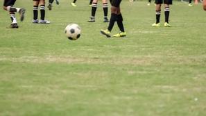 لقطات حزينة: وفاة لاعب كرة قدم على أرضية الملعب