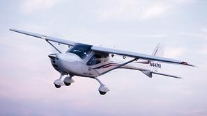 فيديو: طيار جرئ يغادر طائرته في الهواء لسبب غير متوقع على الإطلاق
