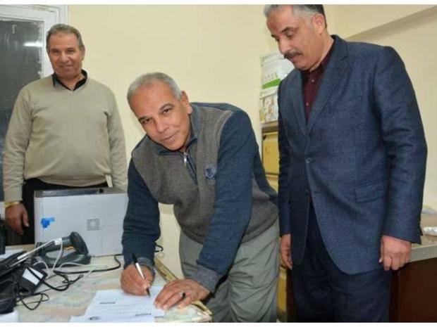 بالفيديو: والد محمد صلاح يفتتح محلًا للجزارة في القاهرة