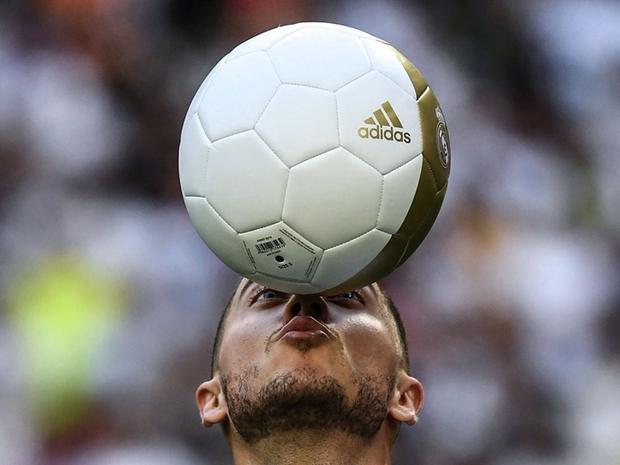 ويبدوا سعادته بالقيام بالأمر وهو بقميص ريال مدريد