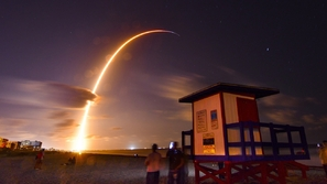 قطار من الأقمار الصناعية ينطلق في الفضاء في مشهد مدهش غير مسبوق