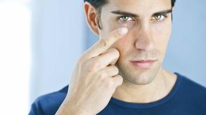 عادات يومية تضر صحة العين.. توقفوا عنها فورًا