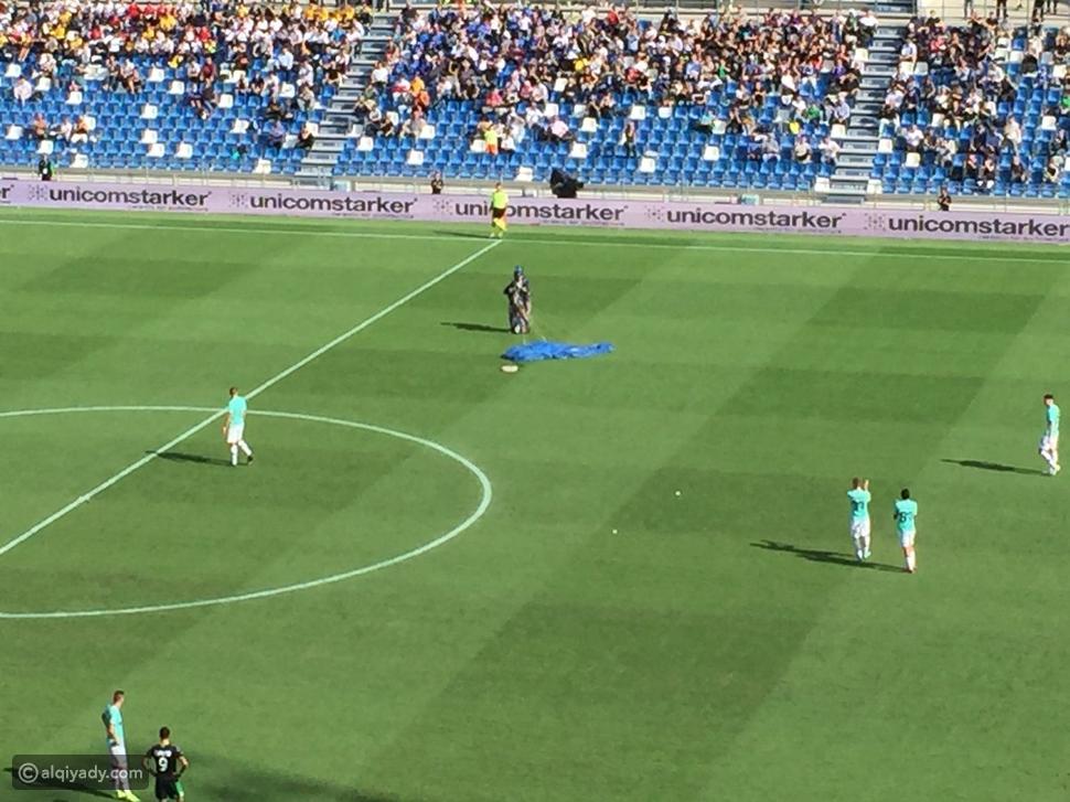 مشجع يقتحم مباراة في الدوري الإيطالي بمظلة