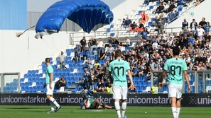 فيديو وصور: مشجع يقتحم مباراة في الدوري الإيطالي بمظلة