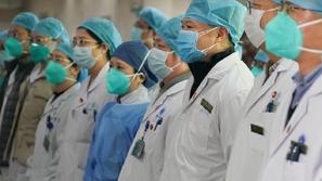 أطباء صينيون يخلعون أقنعتهم الواقية احتفالاً بانتصارهم على كورونا
