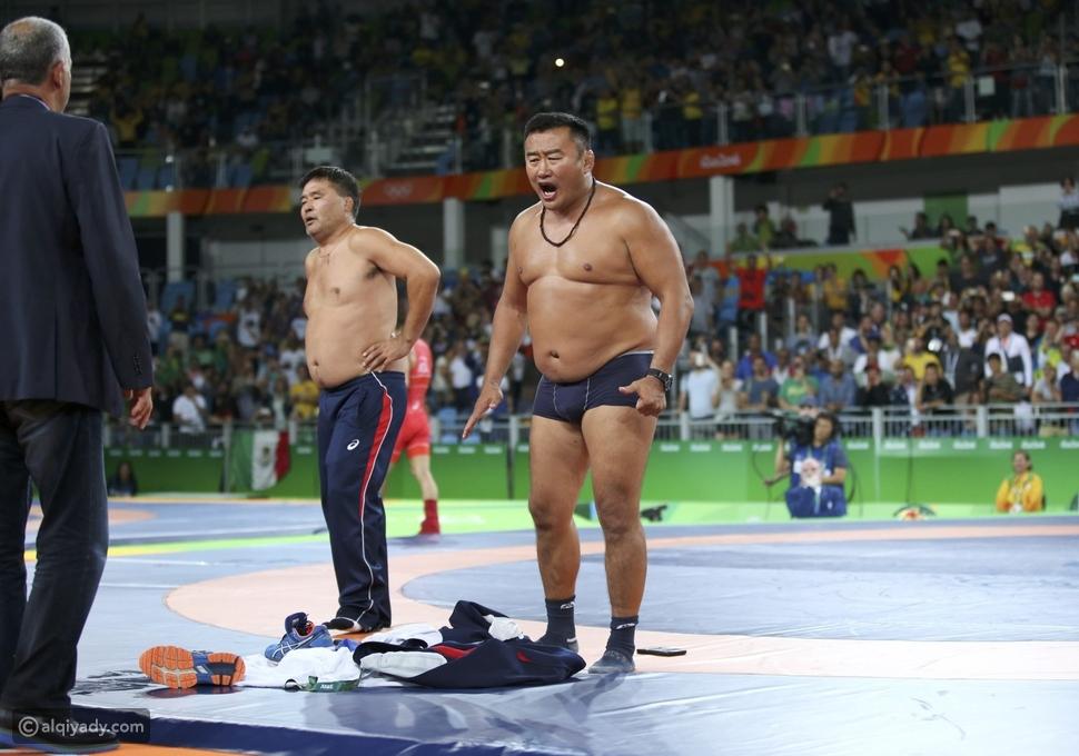 فيديو وصور خسر لاعبهما فنزعا ملابسهما أمام الجميع في الأولمبياد!