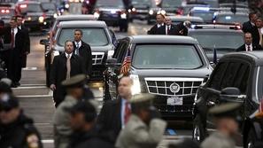 شاهد: حادث سيارة خطير بجوار موكب الرئيس ترامب
