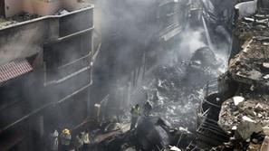 فيديو: لحظة سقوط طائرة باكستانية على وحدات سكنية ووفاة 80 شخصاً