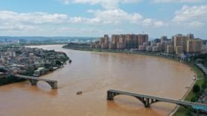 فيديو: لقطات مروعة لانهيار جسر وسقوط سيارات في المياه
