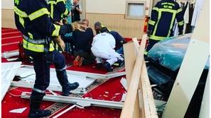 فيديو: رجل يقتحم مسجدًا في فرنسا بسلاح.. ويُصيب نفسه
