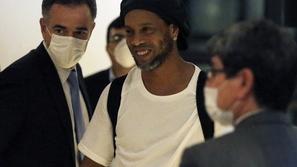 فيديو يرصد إطلاق سراح رونالدينيو من سجنه: وهذا ما قرره القاضي بشأنه