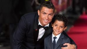 فيديو: رونالدو يكره الخسارة حتى أثناء اللعب مع ابنه