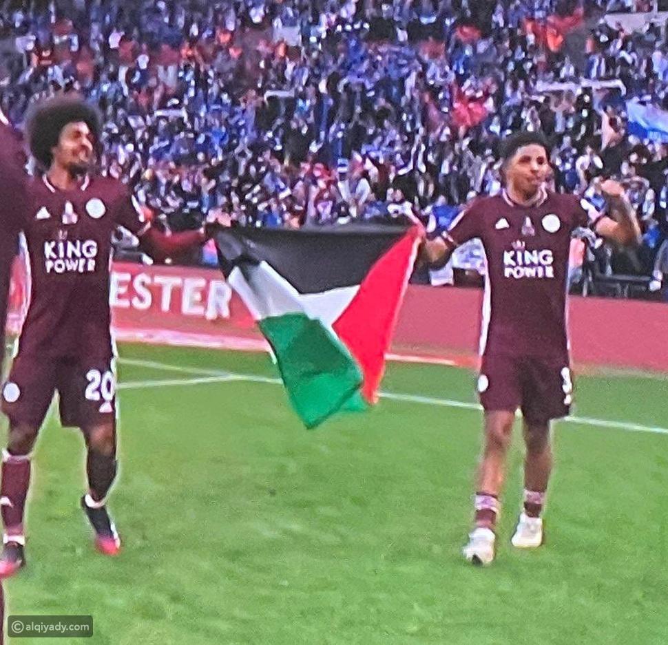 حمزة تشودري يرفع علم فلسطين أثناء تتويج فريقه بكأس الاتحاد الإنجليزي