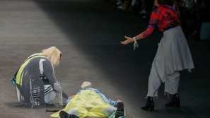 فيديو: لحظة وفاة عارض أزياء على المنصة أمام الجماهير
