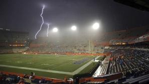 فيديو: البرق يصعق لاعبين خلال مباراة كرة قدم