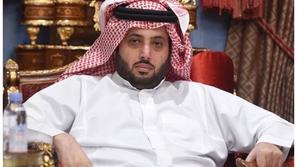 بالفيديو: تركي آل الشيخ يتلقى العزاء في وفاته