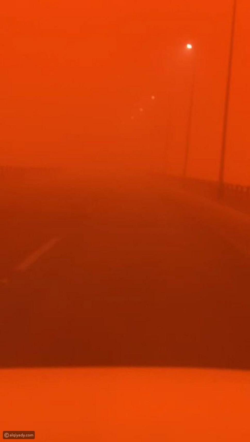 عرعر: عاصفة ترابية تحول نهار المدينة إلى ظلام دامس