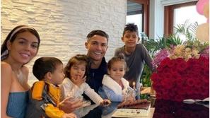 هل تعلم كيف يقضي رونالدو وقته مع جورجينا وأطفاله؟.. شاهد هذا الفيديو