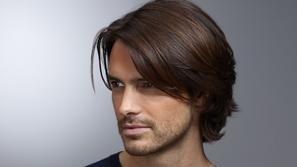 فرد الشعر للرجال: إليكم أفضل الطرق لتنعيمه