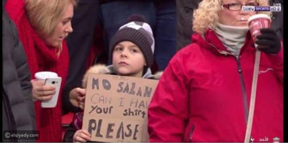 فيديو: لقطة إنسانية رائعة من محمد صلاح تجاه طفل عقب هدفيه في توتنهام