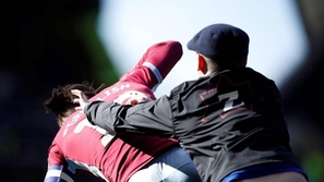 فيديو صادم: مشجع يقتحم الملعب ويضرب لاعبًا في مباراة بالدوري الإنجليزي