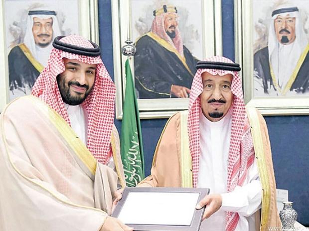 شاهد ماذا فعل محمد بن سلمان في حضور الملك سلمان فأشعل مواقع التواصل!