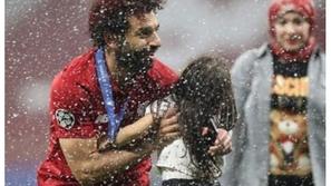 فيديو: لقطة رومانسية بين محمد صلاح وزوجته بعد تتويجه بالأبطال