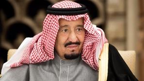 فيديو: الملك سلمان يستمع إلى وصية الوداع
