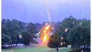 فيديو: هربوا من المطر فضربهم البرق.. شاهدوا لحظة إصابة المواطنين