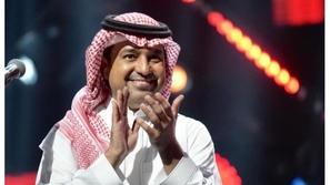 فيديو: مُعجب يُقبل يد راشد الماجد.. شاهدوا رد فعل المطرب السعودي