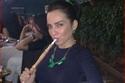 الفنانة الأردنية صفاء سلطان وهي تدخن الشيشة.