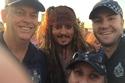 أفراد من الشرطة الأسترالية تلتقط سيلفي مع جوني ديب