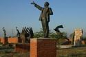 """حديقة التذكار المعروفة بـ """"Memento Park""""، والتي تحتوي على تمثال """"لينين"""" و """"ستالين""""."""