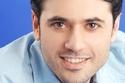 حصل عز على شهادة في الأدب الإنجليزي من كلية الآداب في جامعة عين شمس.