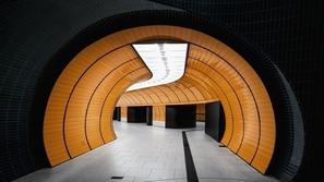 بالصور: محطات القطارات الفارغة تعكس روعةً وهدوءاً مميزاً