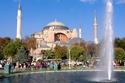تركيا من أشهر الأماكن التي تجذب السياح المسلمين حول العالم، فهي دولة إسلامية في الأساس، وتراعي في تقديم أغلب خدماتها السياحية أن تكون حلالاً