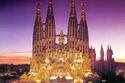كنيسة Sagrada Familia الرومانية الكاثوليكية والتي تقع في برشلونة والتي تعد من أكثر المباني الأثرية الجاذبة للسياح
