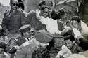 مواطن مصري يقبل عبد الناصر